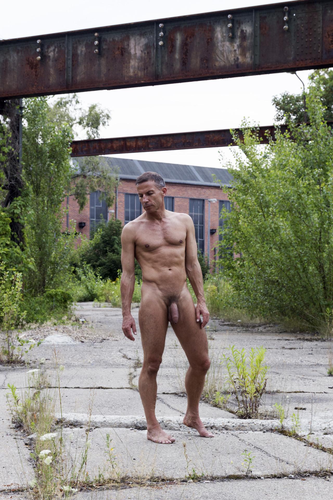 Photo d'un homme nu de 52 ans nu en extérieur