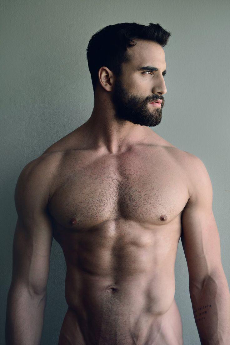 Corps d'apollon et mâchoire carrée habillée d'une belle barbe