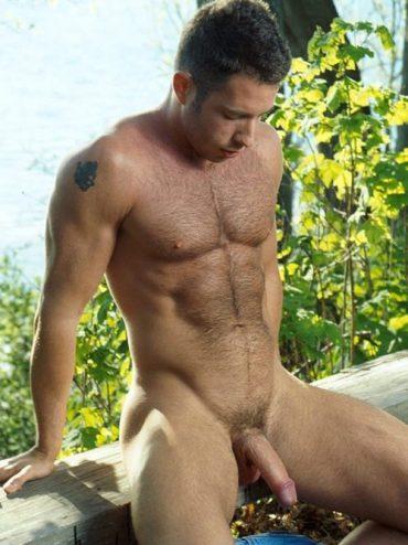 Homme viril nu en extérieur