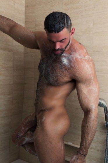 Homme viril sous la douche