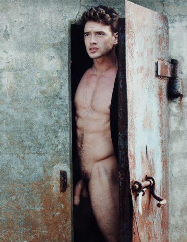 Bel homme nu sur un vieux rafiot
