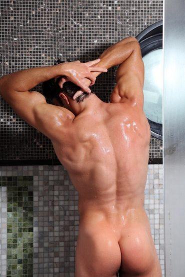 Un homme nu au corps parfait sous la douche