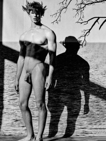 Bel homme nu noir et blanc