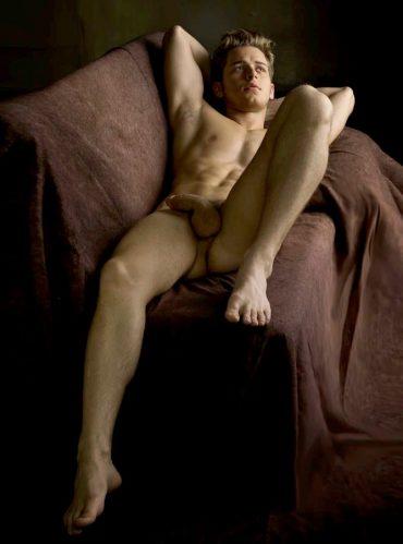 bel homme nu sur un canapé