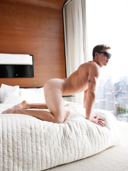 Homme nu à 4 pattes