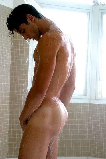 Jeune homme nu sous la douche