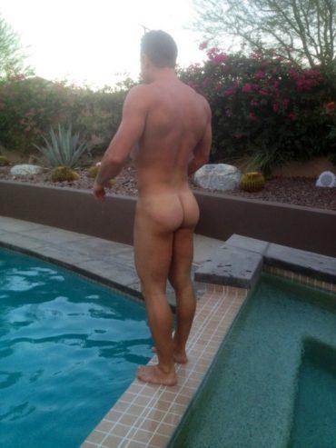 Beau gosse nu à la piscine