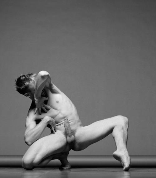 Danseur nu en érection