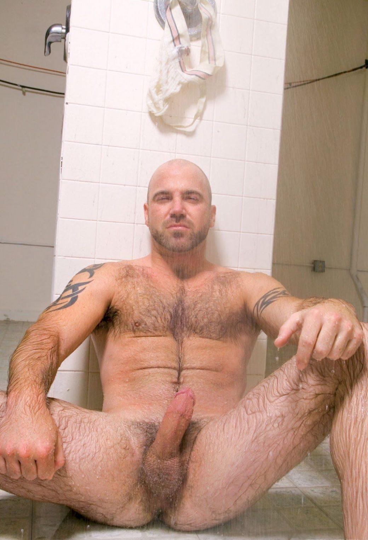 Mec poilu tatoué bande sous la douche