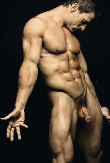 Un homme nu au corps parfait