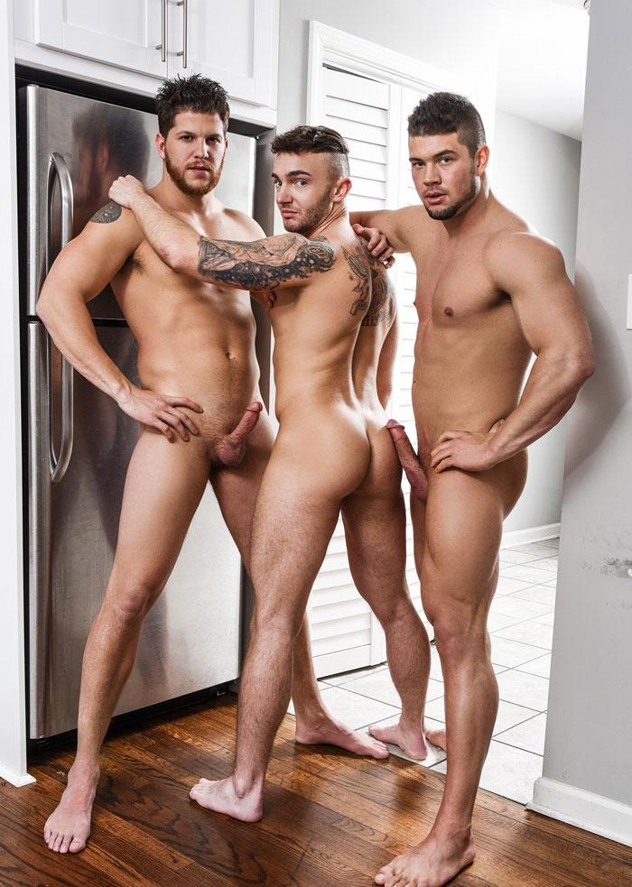 Trois hommes nus sur le point de faire l'amour