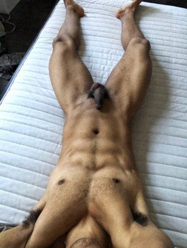 Métis poilu et musclé nu sur son lit