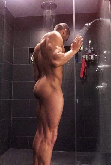 Bodybuilder nu sous la douche