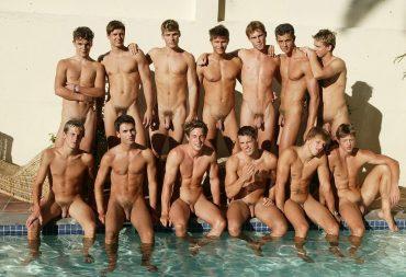 Jeunes hommes nus à la piscine