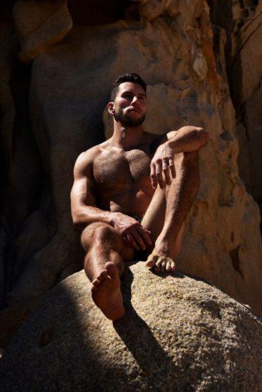 Homme nu musclé au soleil