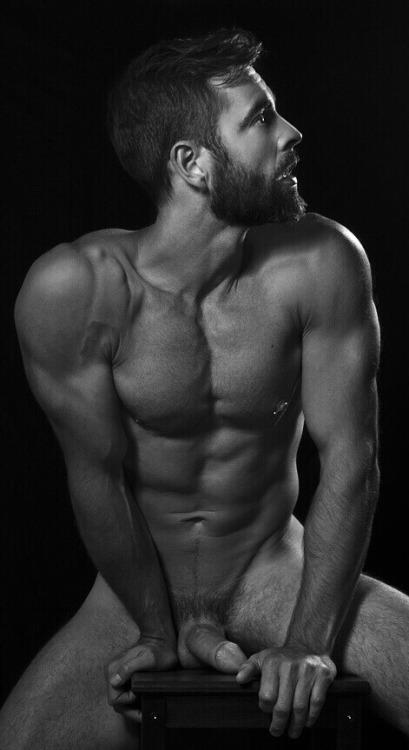 Photo homme nu en noir et blanc