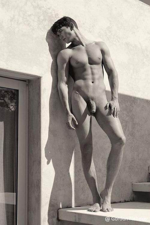 Photo d'Appolon nu au soleil, le sexe mou
