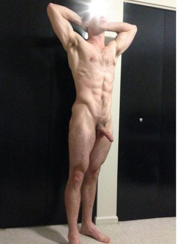 Amateur musclé pose nu