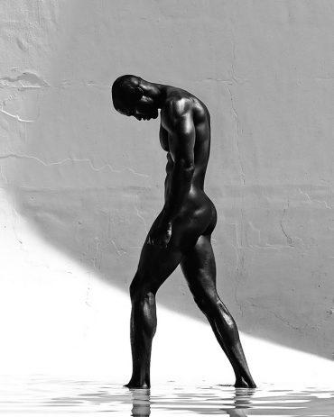Un homme nu en noir et blanc avec de beaux contrastes